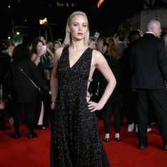 Jennifer Lawrence ose le side-boob sur le red carpet de Hunger Games à Londres (Photos)