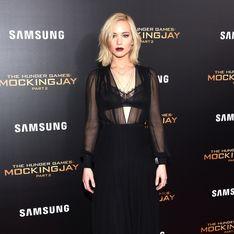 Jennifer Lawrence prend un verre sur le red carpet (Photos)