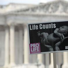 Aux Etats-Unis, elle est jugée pour tentative de meurtre après avoir essayé d'avorter elle-même avec un cintre