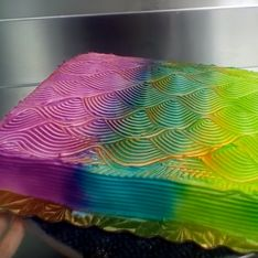 Nein, ihr habt euch nicht verguckt - diese Torte wechselt tatsächlich ihre Farben!