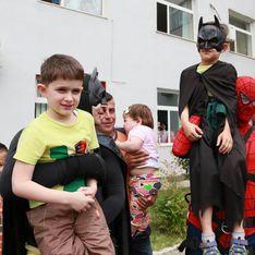 Des policiers se déguisent en super-héros pour des enfants malades (Vidéo)