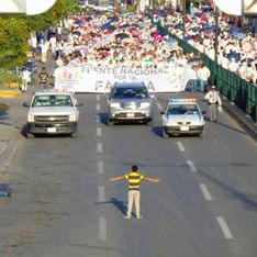 Beeindruckendes Foto: Dieser Junge will allein einen Protest gegen die Homo-Ehe stoppen