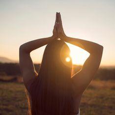 Il Saluto al sole: spiegazione e benefici della sequenza di posizioni yoga per eccellenza