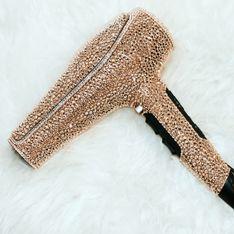 Vous ne devinerez jamais le prix de ce sèche-cheveux incrusté de cristaux Swarovski
