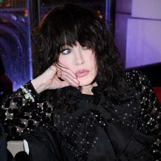 Isabelle Adjani, glamour et stylée en total look noir lors du défilé Elie Saab