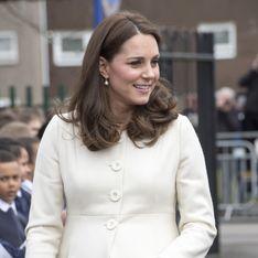 Enceinte de 7 mois, Kate Middleton affiche un total look blanc canon ! (Photos)