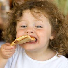 Cette petite fille mange de la pizza pour la première fois, sa réaction vaut le détour