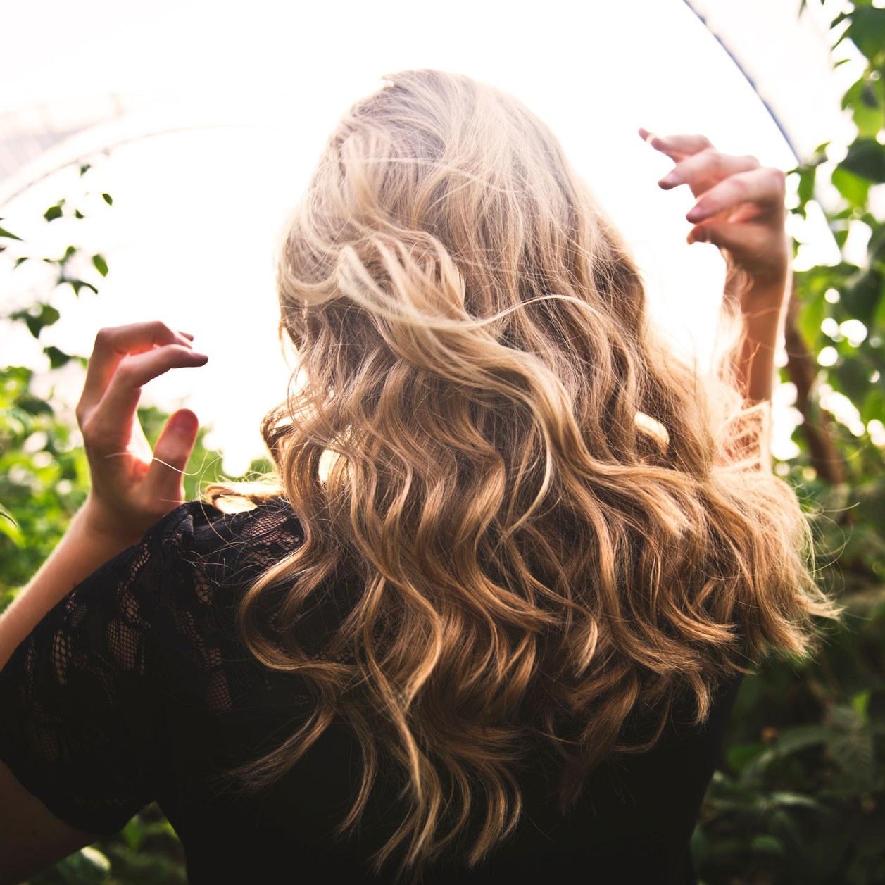 d889373e54ab38 Lockige Haare: Styling & Pflege-Tipps