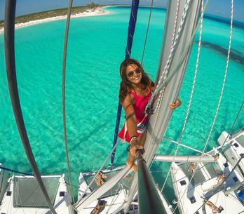 Alerte job de rêve ! Cette Française est payée pour parcourir le globe sur un voilier (Photos)