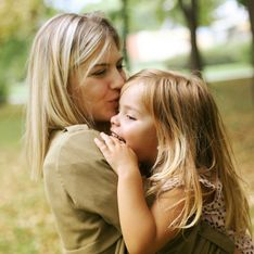 Persuadée que le lait maternel prévient des maladies, elle allaite encore sa fille de 5 ans