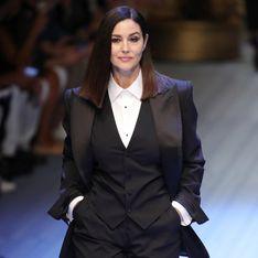 En smoking, Monica Bellucci défile pour la première fois depuis 1992