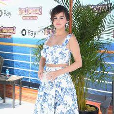 Selena Gomez rayonnante et estivale en robe bleue et blanche pour une avant-première ! (Photos)