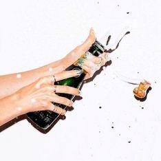 Elle rince ses cheveux au champagne, et le résultat est plutôt amusant (Vidéo)