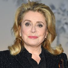 En total look pailleté, Catherine Deneuve illumine le défilé Saint Laurent