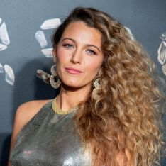 Blake Lively, lumineuse et sensuelle dans une robe dos nu argentée