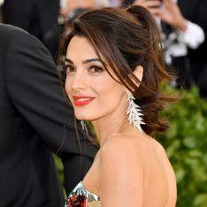 Amal Clooney, sublime en robe de soirée pour un dîner en amoureux