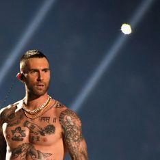 Adam Levine fait polémique en se dévoilant torse nu au Super Bowl (vidéo)