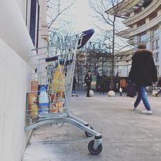 A Montpellier, un homme fixe des chariots aux murs afin de solliciter des dons pour les plus démunis