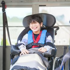 En fauteuil roulant, ce petit garçon fait du trampoline pour la première fois