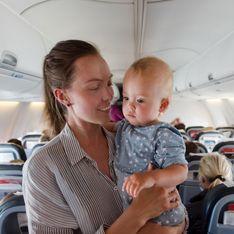 Pour ne pas gêner les passagers avec les cris de son bébé, cette maman a une idée géniale