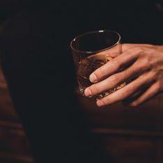 Selon une étude, se forcer à sourire au travail pousserait à consommer davantage d'alcool