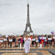 Des femmes rondes défilent en lingerie devant la Tour Eiffel contre les diktats de la mode