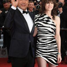 Charlotte Gainsbourg, sexy dans une mini robe zébrée noire et blanche asymétrique