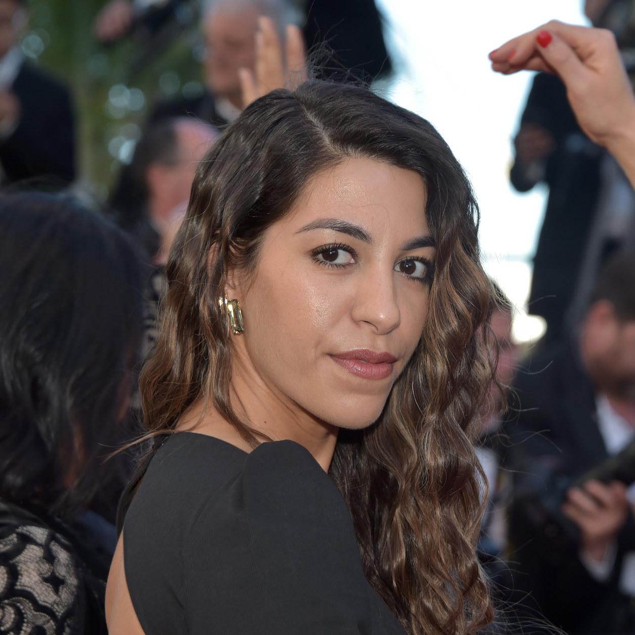 Elle défile à Cannes avec une robe faite avec... Le tapis rouge de l'année dernière!