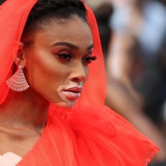 Winnie Harlow, hypnotisante en robe rouge pour monter les marches à Cannes (photos)