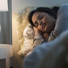 Dormir avec la lumière allumée favoriserait la prise de poids chez les femmes