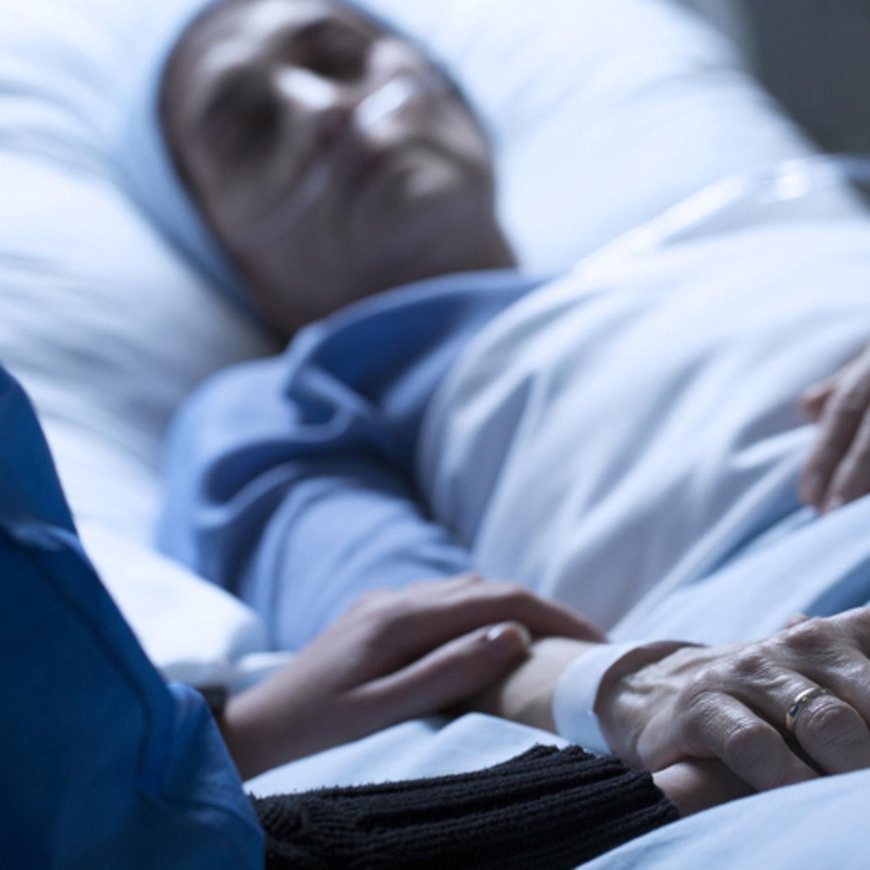 Une femme entre la vie et la mort après que son mari a tenté de l'immoler