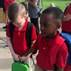 Un enfant réconforte un camarade de classe autiste lors de leur rentrée