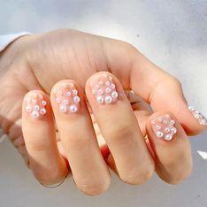La última tendencia en uñas es la manicura de perlas