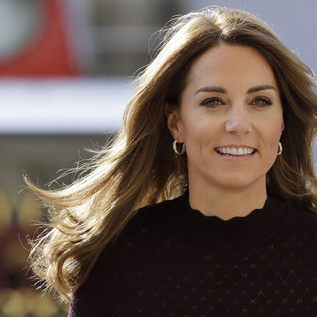 En mixant le prune et le kaki, Kate Middleton nous offre le parfait look d'automne
