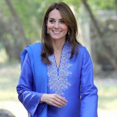 Au Pakistan, Kate Middleton rend hommage à Lady Di dans une robe bleu ciel
