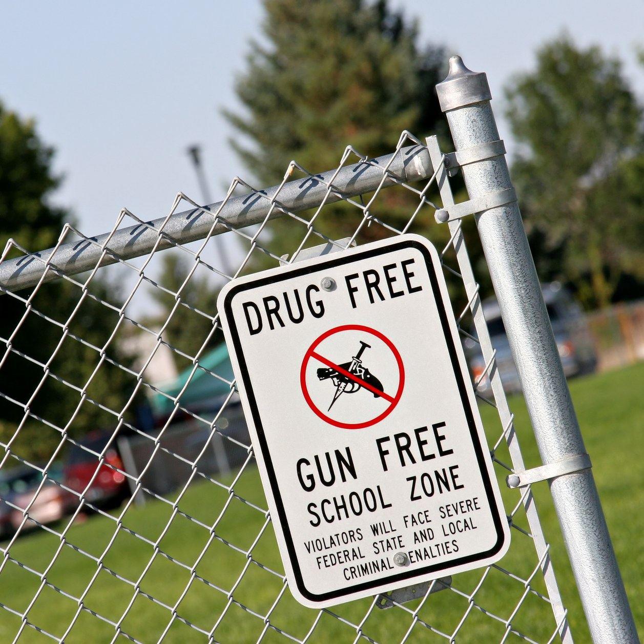 Dans un lycée américain, un professeur évite un drame en enlaçant un élève armé