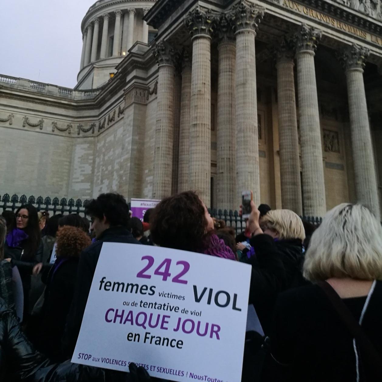 Réunie devant le Panthéon, une chaîne humaine demande à l'État de se réveiller