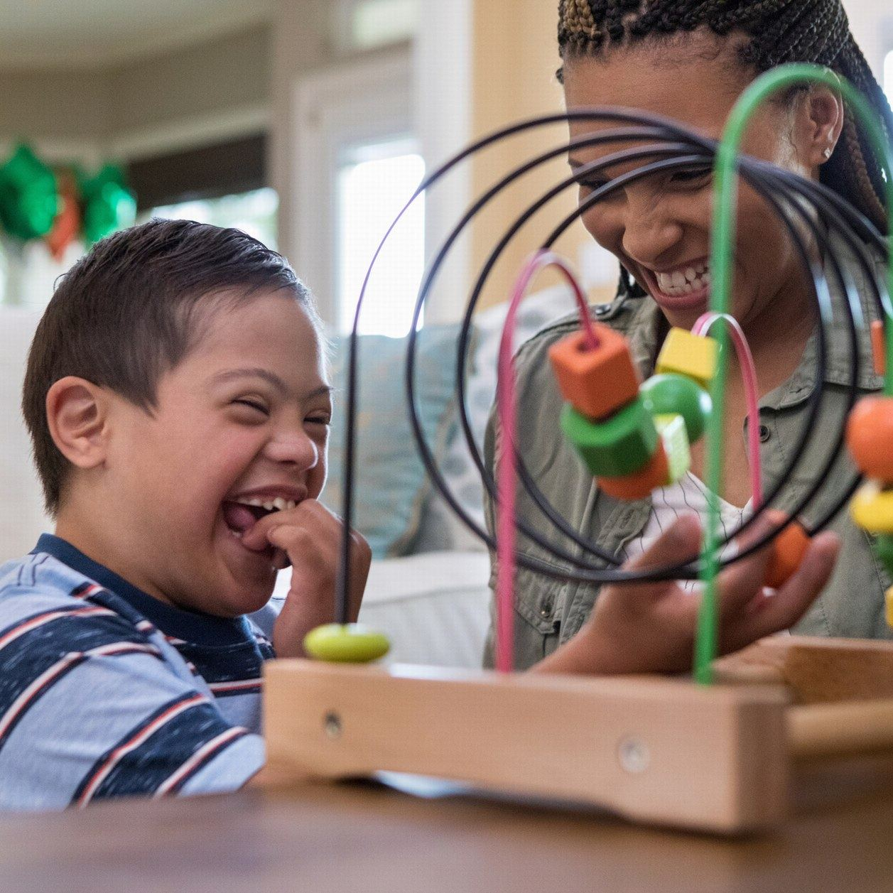 Une maman invente une machine pour permettre à son fils handicapé de jouer