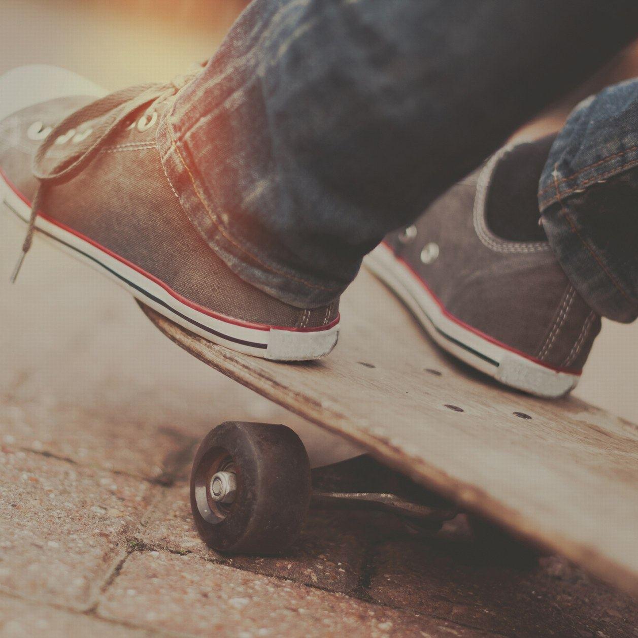 Un petit garçon atteint d'un handicap moteur réussi à faire du skate grâce à une machine