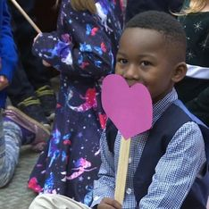 Lors de son audience d'adoption, ce petit garçon est accompagné par toute sa classe