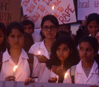 Queman viva a una mujer en India cuando iba a declarar contra su agresor
