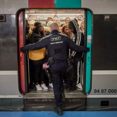En pleine grève, une femme accouche dans le RER D de Paris
