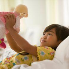 Une petite fille reçoit une poupée noire pour Noël, sa réaction choque les internautes