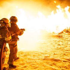 Un enfant reçoit la médaille de son père, pompier décédé alors qu'il combattait les flammes