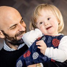 Après avoir été rejetée par 20 familles différentes, une petite fille handicapée a été adoptée par un papa gay