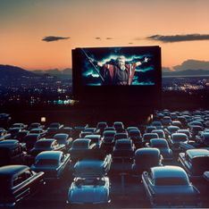 Des restaurants transforment leur parking en cinéma drive-in