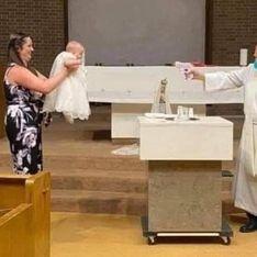 Ce prêtre baptise un bébé avec… un pistolet à eau