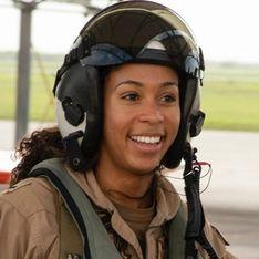 Madeline Swegle devient la première pilote de chasse afro-américaine dans la Navy