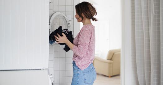 Schwarze Wäsche waschen: Die besten Pflegetipps für dunkle Kleidung