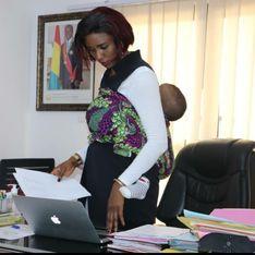 Guinée : cette femme politique vient au bureau avec son bébé sur le dos